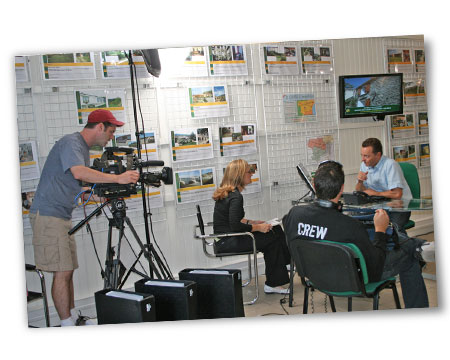 Interview de Jason Leach en compagnie de la journaliste, du preneur de son et du caméraman